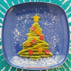 Kerstbento - kerstboom van komkommer met versiering van paprika
