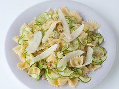 Découvrez la recette Farfalles aux courgettes sur cuisineactuelle.fr. Rigatoni, Pasta Salad, Risotto, Potato Salad, Zucchini, Cabbage, Vegetables, Cooking, Healthy