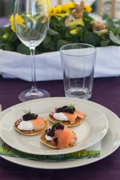 Blinis med creme fraiche, rødløg og røget laks Wine Appetizers, Gluten Free Appetizers, Tapas Recipes, Appetizer Recipes, Cream Cheese Pizza, Easy Spanish Recipes, A Food, Food And Drink, Best Tapas