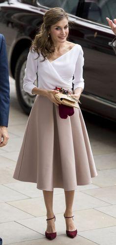 Doña Letizia Ortiz viste de rosa millennial y nos enseña cómo lucir el color de la temporada con un look low-cost | Trendencias | Bloglovin'
