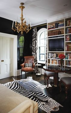 Tommy Smythe via Canadian House & Home - Black lacquered walls, white trim, brass lighting, zebra rug Black Rooms, Black Walls, Navy Walls, Green Walls, Home Interior, Interior Design, Interior Office, Canadian House, Cozy Library