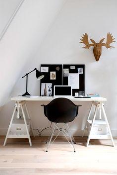 oficina o despacho en blanco y negro