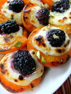 Gourmet Cuisine 5 Star Dining Roasted apricots, with mascarpone and blackberry drizzled with honey. A feast always starts with wonderful appetizers! Appetizer Recipes, Dessert Recipes, Appetizers, Picnic Recipes, Picnic Ideas, Cake Recipes, Fruit Recipes, Lunch Ideas, Seafood Recipes