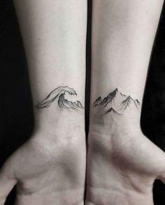 Poignets tatoués entre terre et mer