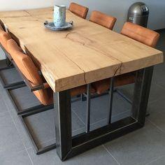 robuuste tafel en robuuste stoelen