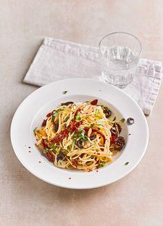 Schnelle Spaghetti mit getrockneten Tomaten, Oliven und Chili
