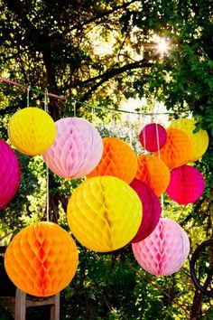 Mix tissue balls with balloons at different heights from the railing for summer garden parties x Garden Party Decorations, Garden Parties, Outdoor Parties, Summer Parties, Outdoor Decorations, Honeycomb Decorations, Festival Decorations, Beach Decorations, Outdoor Trees