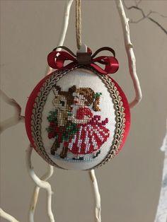 Christmas ball with cross stitch - hand made - palla di natale con punto croce, fatta a mano
