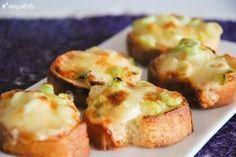 Ingredientes (10 unidades): 1 baguette 50 grs. mahonesa 50 grs. cebolleta picada 50 grs. queso parmesano rallado Preparación: Cortar el pan en rebanadas de 1 cm, y hornearlas a 180 grados durante 8 minutos, hasta que estén doradas y crujientes. … Sigue leyendo →