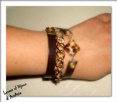 Bracciale handmade, tre giri di polso, costituito da cinturino di pelle, catena dorata e monile in vetro decorato