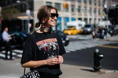 Street style à la Fashion Week printemps-été 2017 de New York t-shirt rock
