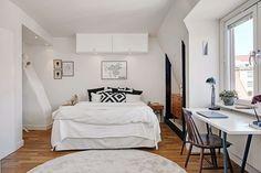 Dormitorio blanco con parquet. Ideas decoración #dormitorios