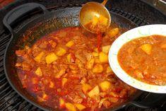 Znie to trochu nezvyčajne. Nakrájate mäso, cibuľu a zemiaky, ale namiesto kotlíka ich nasypete doliatinového woku nad pahrebu grilu – s očakávaním grilovaného guláša, ktorý je na prvý pohľad úplne iný ako všetky ostatné. Ak ste doposiaľ nikdy o grilovanom guláši nepočuli, mali by ste to rozhodne skúsiť. Totonevšedné dobrodružstvo vyšperkuje váš vlastný rodinný recept … Chana Masala, Chili, Soup, Ethnic Recipes, Chile, Soups, Chilis