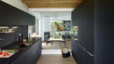 Cocina negra modelo LINE seda LAH de la marca Santos, un diseño con acabado antihuella y supermate que, además, ofrece más cocina en menos espacio.