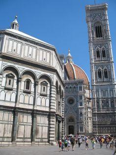 De Duomo met koepel, de Campanile (klokkentoren) en op de voorgrond het Baptisterium San Giovanni (de vrijstaande doopkapel).