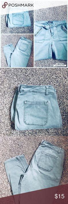 Roz & Ali gray pants Roz & Ali gray pants size 12 average with zippered pockets. Roz & Ali Pants