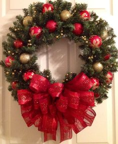 me gustara mas si no tuviera ese lazo tan grandeWreaths are some of the most common Christmas decorations that we can see in every home during the Yuletide Inspiring Christmas Wreaths Ideas For All Types Of Fabulous DIY Home Front Gold Christmas, Outdoor Christmas, Rustic Christmas, Christmas Crafts, Christmas Ornaments, Classy Christmas, Christmas Tree, Christmas Island, Vintage Christmas