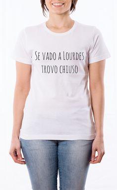 T-Shirt donna con frase: Se vado a Lourdes trovo chiuso. Maglietta bianca con stampa digitale diretta, grafica stampa in quadricromia