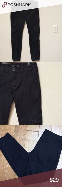 "prAna skinny cargo pants This is a pair of PrAna Black skinny cargo pants. Size 10. There are two front pockets, no pockets in the back, 2 cargo pockets, and zipper fly. The inseam is 32"".  Waist 17 1/4"". Fabric includes 98% organic cotton and 2% spandex. Prana Pants Skinny"
