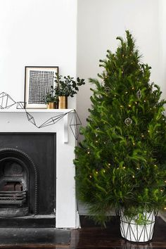 Geometric garland More Geometric Christmas, Garlands Tre, Green Christmas, Christmas Decorations, Minimal Christmas, Gold Christmas, Christmas Trees, Christmass Tre, Bare Trees black, white  gold Christmas bare tree Geometric garland minimal Christmas Green Christmas Tree #Geometric #christmas #decorations #tree #fireplace See more at http://blog.blackboxs.ru/category/christmas/