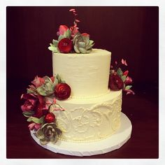 A pretty winter wedding cake with succulents, ranunculus and orchids. Photo by Sugar Flower Cake Shop. www.sugarflowercakehsop.com