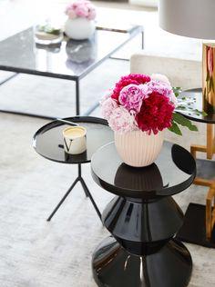 FIORI GLAM 🌸 I fiori rosa si abbinano a qualsiasi tipo di ambiente e danno un tocco di dolcezza e femminilità.  Osiamo volentieri anche con colori più scuri come il bordeaux e il fucsia. // Casa Salotto Soggiorno Glam Moderno Peonie Vaso Vasi Tavolini Design Interior Tappeto Scandi Idee Mazzo Composizione #casa #casamoderna #fiori #homedecor