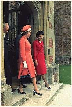Queen Elizabeth II with former First Lady Pat Nixon in 1970 New Noblewoman Hm The Queen, Her Majesty The Queen, Save The Queen, Presidents Wives, American Presidents, Queen And Prince Phillip, Prince Philip, American First Ladies, Queen Hat