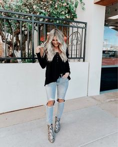 snakeskin boots and destroyed denim Booties Outfit, Fall Winter Outfits, Autumn Winter Fashion, Winter Boots, Minimalist Outfit, Trendy Outfits, Fashion Outfits, Fashion Looks, Snakeskin Boots