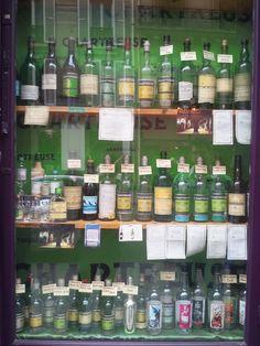 De nombreuses bouteilles de divers époques dans cette vitrine renouvellée, 100% Chartreuse, des Caves Bossetti rue des Archives à Paris !