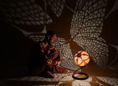 Un artiste polonais a eu la brillante idée de transformer une espèce de courge en objet d'art utilitaire : des luminaires qui révèlent des scènes fantastiques dans l'obscurité. Quand l&…