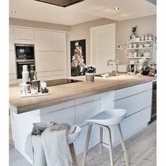 Do you want to get some small kitchen island ideas for your modestly sized kitchen? There are many ideas of kitchen island for your small kitchen that will inspire you in applying the style to your very own kitchen. Kitchen Dinning, New Kitchen, Kitchen Decor, Island Kitchen, Kitchen Chairs, Kitchen Sink, Island Stools, Kitchen Wood, Kitchen Small