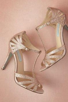 Chaussures blanches, argentées, dorées? Difficile de décider