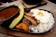 Treat yourself to Colombian bandeja Paisa & never be hungry again (RECIPE) Colombian Dishes, Colombian Cuisine, Brunch Recipes, Breakfast Recipes, Banana, Food Lists, Tasty Dishes, My Favorite Food, Street Food