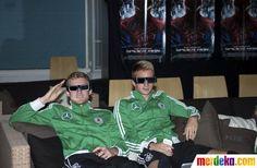 Andre Schuerrle dan Marco Reus (kanan) duduk berdampingan saat menonton film Spider-Man.
