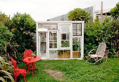 Een tuinkamer maken van oude ramen   http://woonblog.typepad.com/woonblog/2014/03/een-tuinkamer-maken-van-oude-ramen.html