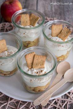 Apple cheesecake dessert in a glass recipe - MakeItSweet.de- Apfel Käsekuchen Dessert im Glas Rezept – MakeItSweet.de A simple recipe for an apple cheesecake dessert … - Apple Cheesecake, Cheesecake Desserts, Apple Desserts, Mini Desserts, Easy Desserts, Apple Recipes, Dessert Simple, Dessert In A Jar, Appetizer Recipes