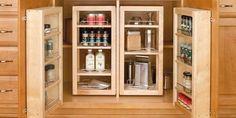 En cuanto veas el sistema de almacenaje que hemos encontrado para tu cocina, entenderás el porqué de tanto revuelo. Benditos armarios de las cocinas, siempre dispuestos a acoger entre sus puertas infinidad de envases, cacerolas, vajillas... y en definitiva, todo lo que se les ponga por delante. Pero, ¿qué pasa cuando el espacio es insuficiente? Que recurrimos a opciones que normalmente suponen un engorro, como utilizar la encimera a modo de almacén, o valernos de armarios fuera de la cocina… Kitchen Base Cabinets, Wood Cabinets, Pantry Cabinets, Inside Cabinets, Smart Kitchen, Kitchen Storage, Kitchen Kit, Tidy Kitchen, Pantry Storage