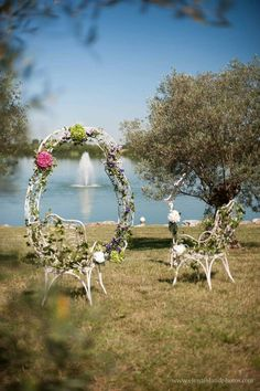 """""""Volupté"""" Location mobilier pour mariage, cérémonie laïque. En fer forgé, composé : arche, lutrin et deux fauteuils."""