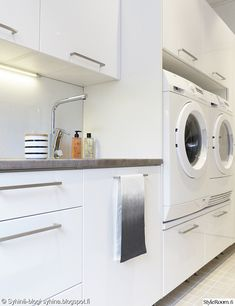 pesukone korkeammalla ,kodinhoitohuone love the drawers under the washing machine Budget Bathroom, Laundry In Bathroom, Bathroom Wall Decor, Small Bathroom, Interior Design Living Room, Living Room Designs, Modern Laundry Rooms, Laundry Room Inspiration, Laundry Room Design