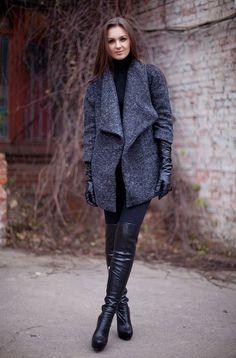 Den Look kaufen: https://lookastic.de/damenmode/wie-kombinieren/mantel-rollkragenpullover-leggings-overknee-stiefel-handschuhe/5268 — Schwarzer Rollkragenpullover — Schwarze Overknee Stiefel aus Leder — Schwarze Leggings — Schwarze Lederhandschuhe — Dunkelgrauer Mantel
