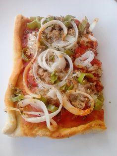 Pizza de atún, cebolla y pimiento verde
