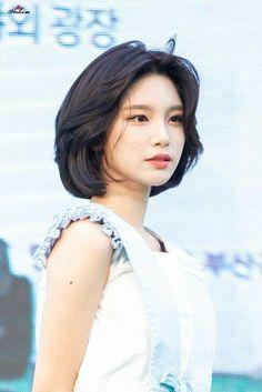 Haircuts Straight Hair, Short Hair With Bangs, Girl Short Hair, Short Hair Cuts, Korean Short Hair Bangs, Short Hair For Round Face, Korean Haircut, Medium Hair Styles, Curly Hair Styles