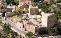 Esta torre es uno de los primeros ejemplos de un edificio cívico-militar de estilo valenciano en la Comunidad Valenciana. Se la conoce con el nombre de Torre de los Tres Picos, y es única en su clase en toda Europa. Su acceso es un arco de medio punto y tiene dos plantas con vueltas aristadas.