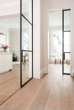 Zeitgemäße Innentüren aus Stahl und Glas, die ein Gefühl für räumliche ...