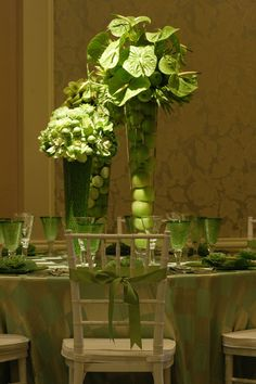 This is one table that definitely has some St. Patrick's Day spirit!  Green apples, Limes and Peas in vases!  Brilliant!