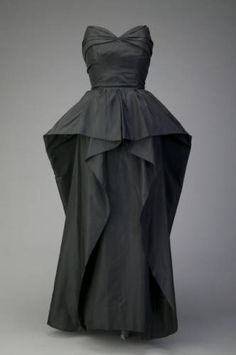 Dress Christian Dior 1948 The Chicago History Museum - Dior Dress - Ideas of Dior Dress - Dress Christian Dior 1948 The Chicago History Museum Vintage Mode, Vintage Dior, Christian Dior Vintage, Vintage Gowns, Vintage Couture, Vintage Outfits, Dior Fashion, 1940s Fashion, Vintage Fashion