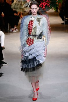See the complete Viktor & Rolf Spring 2017 Couture collection.