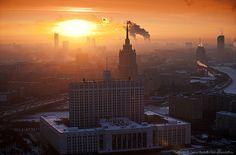 Puesta de sol en Moscú con la llamada Casa Blanca rusa en primer plano. Dmitry Mordolff