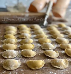 MEZZELUNE PROFUMATE ALLA ZUCCA CON GORGONZOLA E GAMBERI Italian Recipes, Hamburger, Cereal, Pasta, Breakfast, Food, Morning Coffee, Essen, Burgers