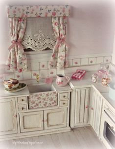 check out this clever kitchen shade - use my Irish hankie!